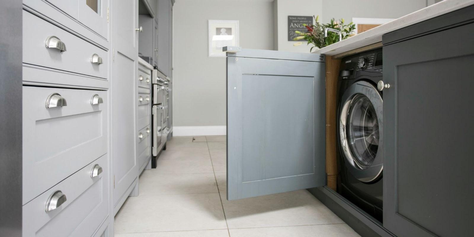 machine à laver devant la porte