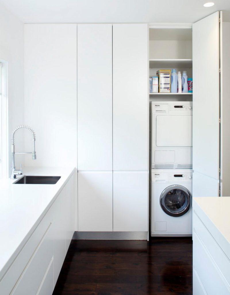 niche dans le meuble de lavage