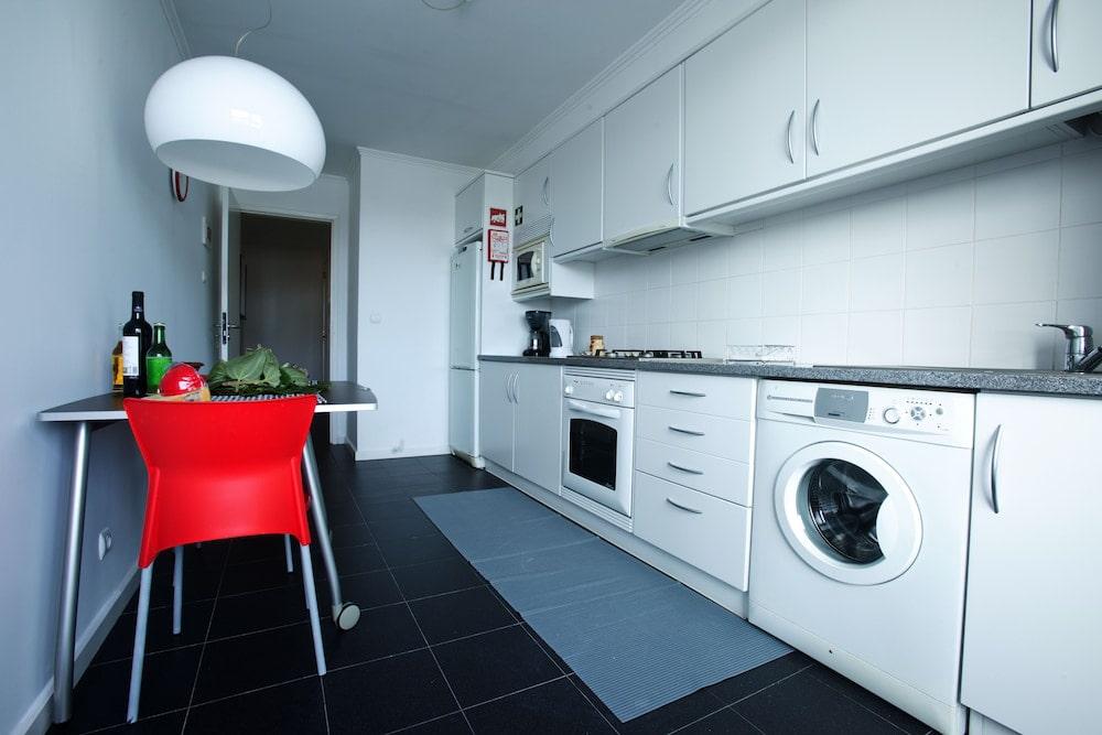 machine à laver dans la cuisine linéaire