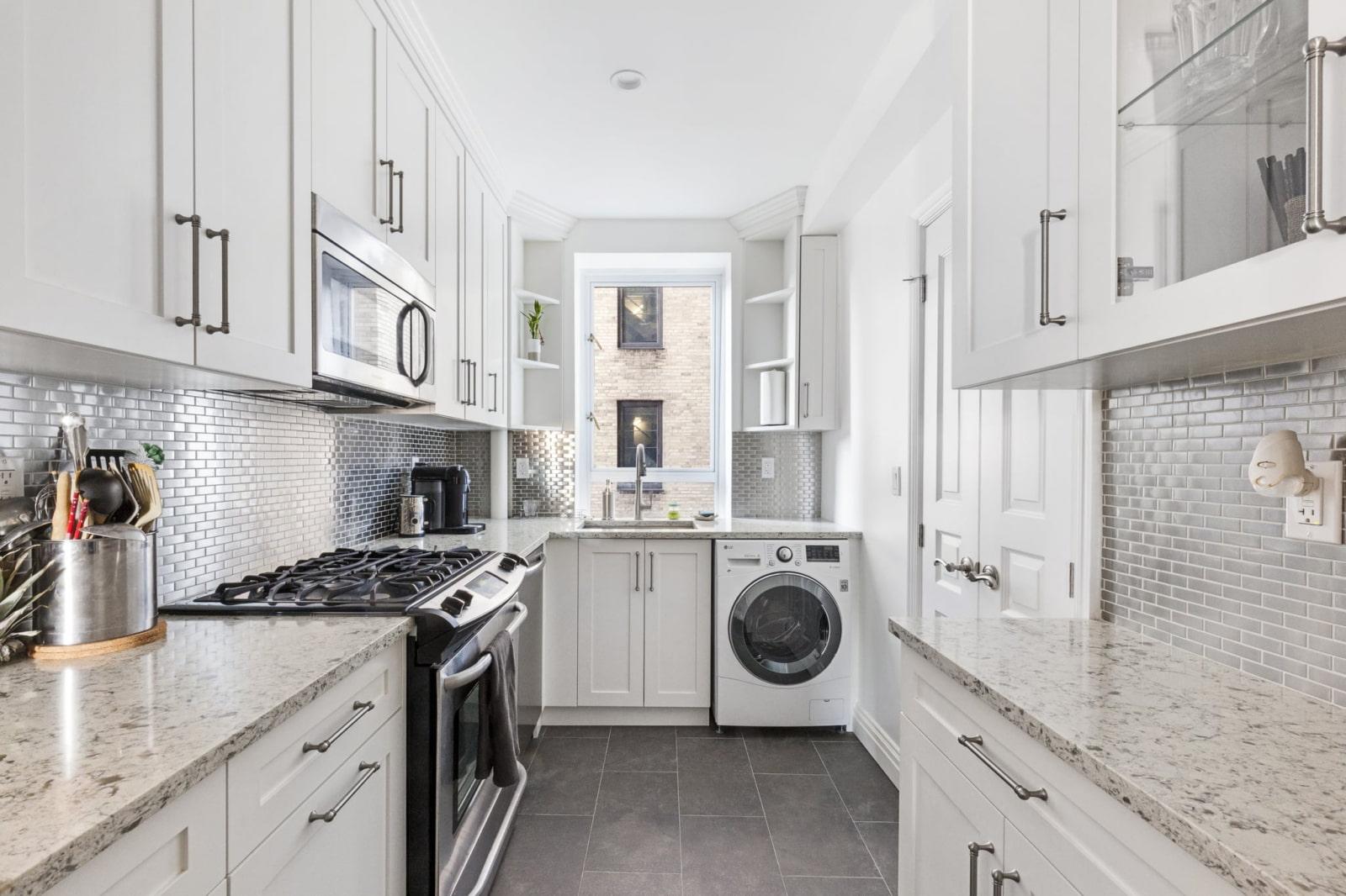 machine à laver dans la grande cuisine