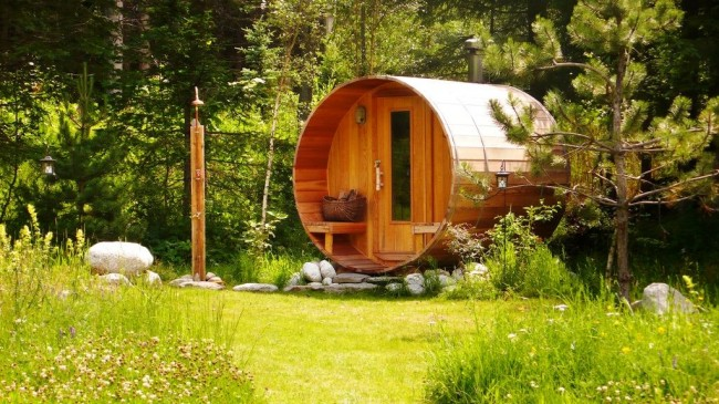 Le bain de baril peut devenir non seulement un lieu de repos, mais aussi une décoration du paysage.