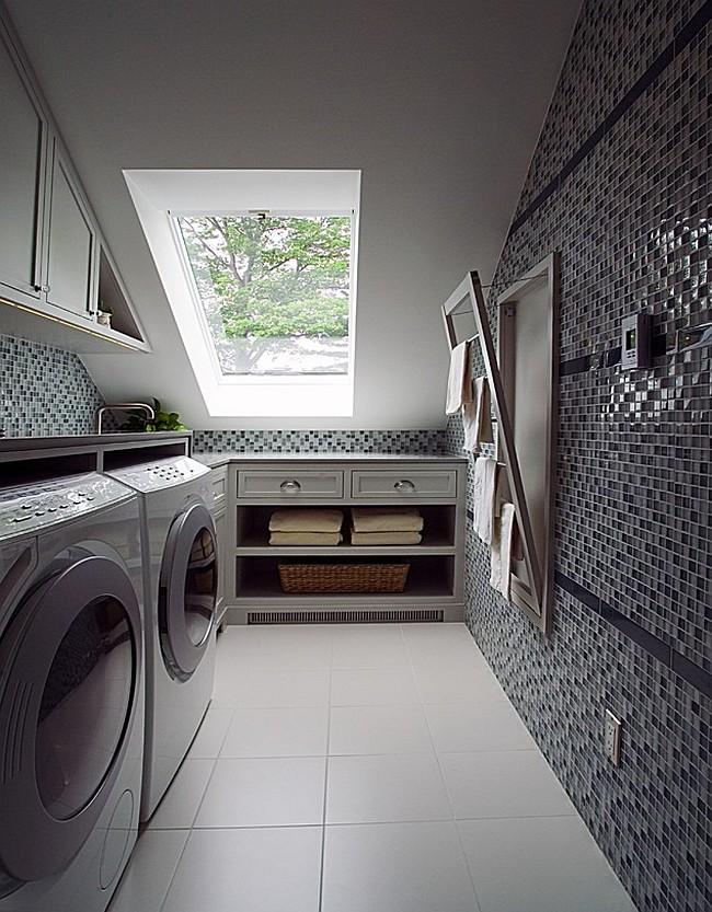 Le sèche-linge rabattable a l'air polyvalent et est idéal pour l'intérieur ultramoderne d'une salle de bain étroite.