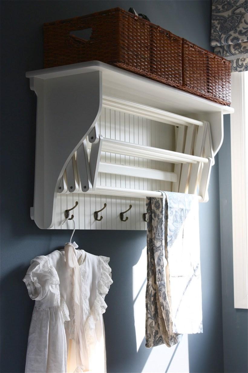 Sèche-linge multifonction très pratique : en plus de la partie coulissante, il dispose également de crochets pour cintres et d'une étagère pour paniers ou corbeilles