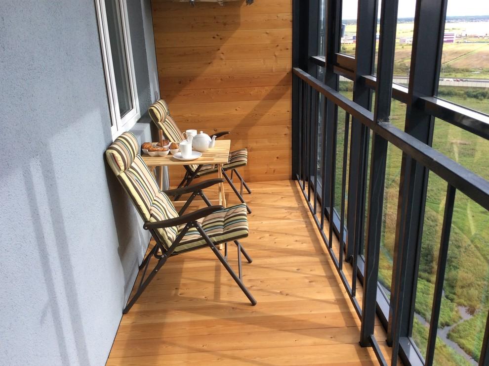 Le bois naturel dans la décoration du balcon rendra son intérieur plus confortable