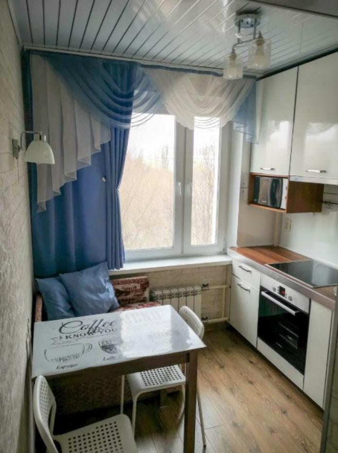 rideaux courts bleus dans la cuisine