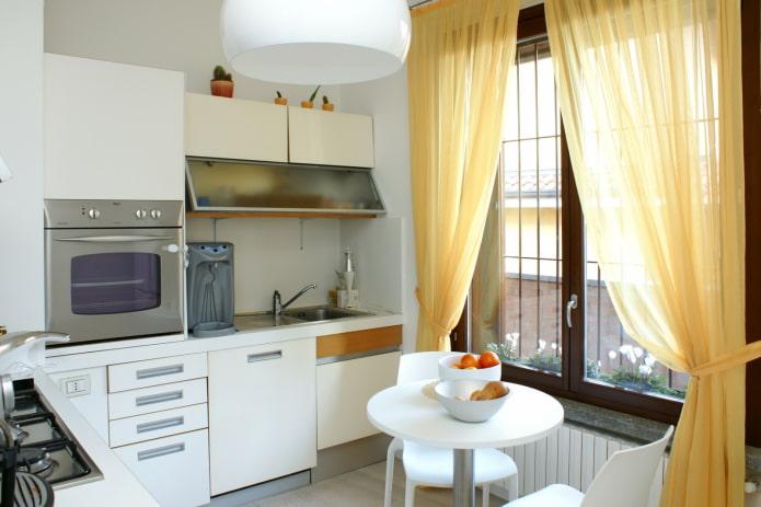 petite cuisine avec rideaux