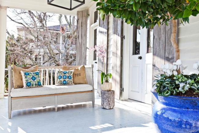 Orchidée sur le terrain d'été à l'entrée d'une maison privée.  Selon le choix du pot, cette beauté pourra compléter n'importe quel intérieur.