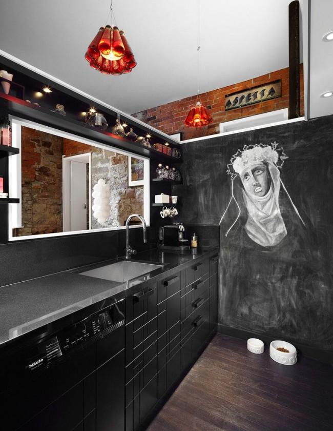 Cuisine noire créative avec mur en ardoise