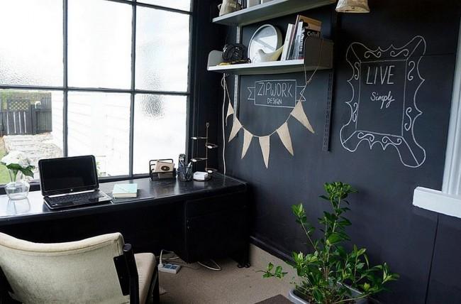 Des inscriptions et des dessins sympas sont conçus pour désamorcer un peu l'atmosphère de travail.