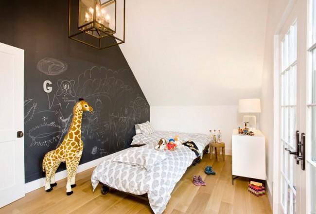 Avec un tel mur pour peindre, l'enfant ne s'ennuiera jamais.