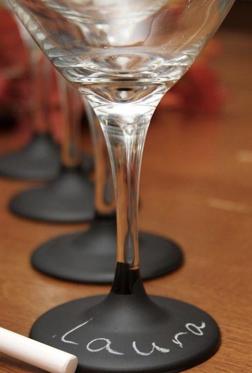 Avec l'aide de la peinture à l'ardoise, vous pouvez créer un verre personnalisé si merveilleux.