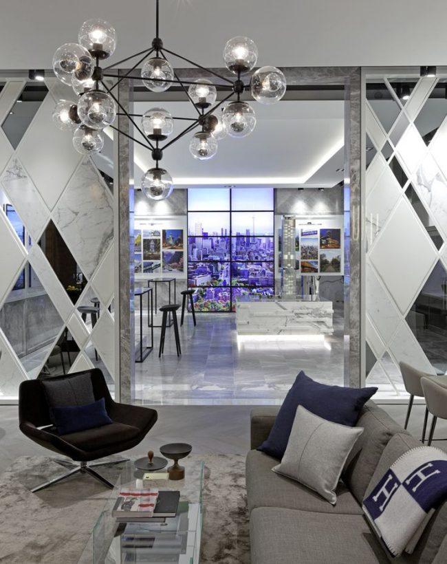 Les miroirs dans la pièce aideront à élever visuellement les plafonds