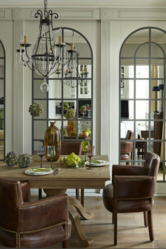 Panneaux de miroir pratiques et esthétiques dans la salle à manger