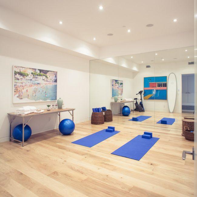 Un panneau miroir sur tout le mur contribuera à rendre la pièce plus lumineuse et plus spacieuse.