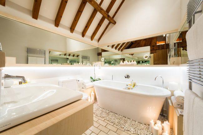 Une petite salle de bain augmentera visuellement si des miroirs sont placés autour du périmètre des murs