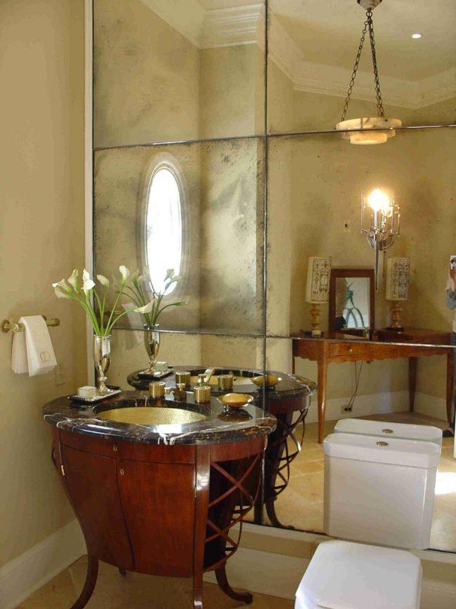 Mur miroir avec effet vieillissant dans la salle de bain