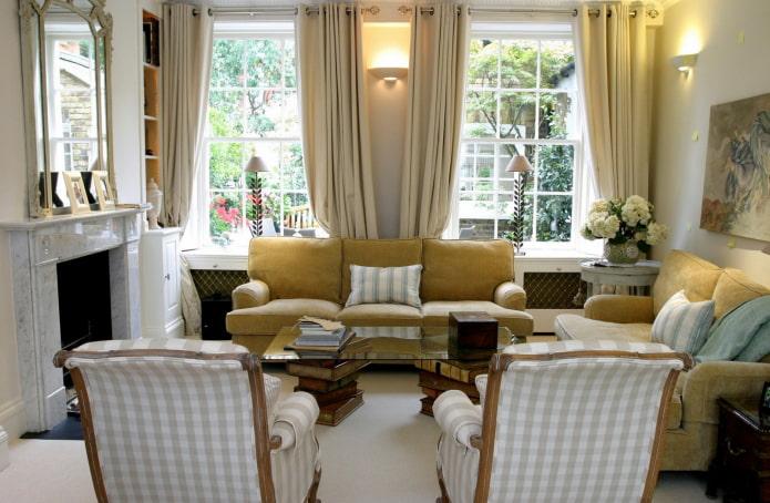 salon dans une maison avec deux fenêtres