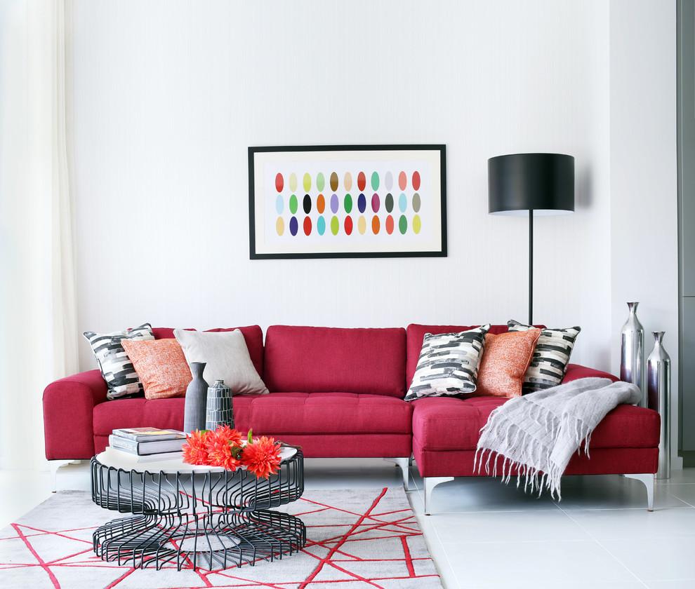 Une peinture lumineuse, un canapé et un tapis diluent l'intérieur gris-blanc sobre