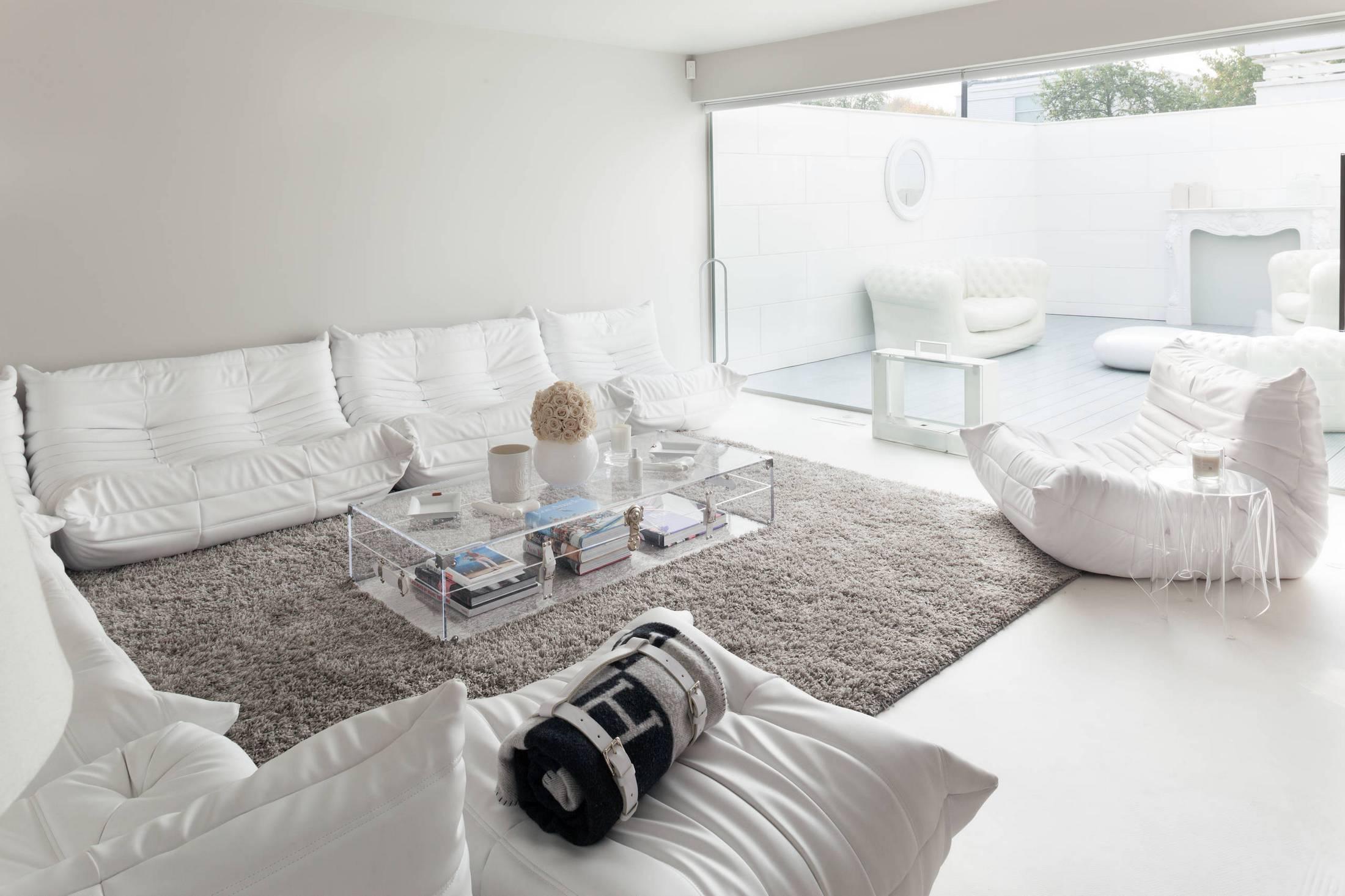 La gamme gris-blanc à l'intérieur crée une sensation de détente
