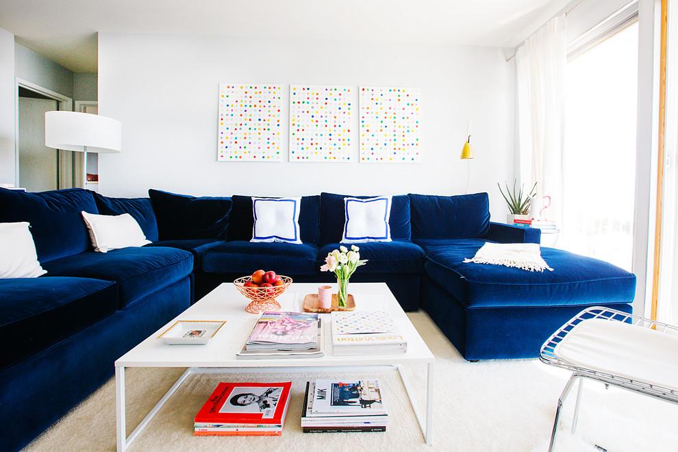 Les meubles bleu foncé sont très impressionnants sur fond blanc