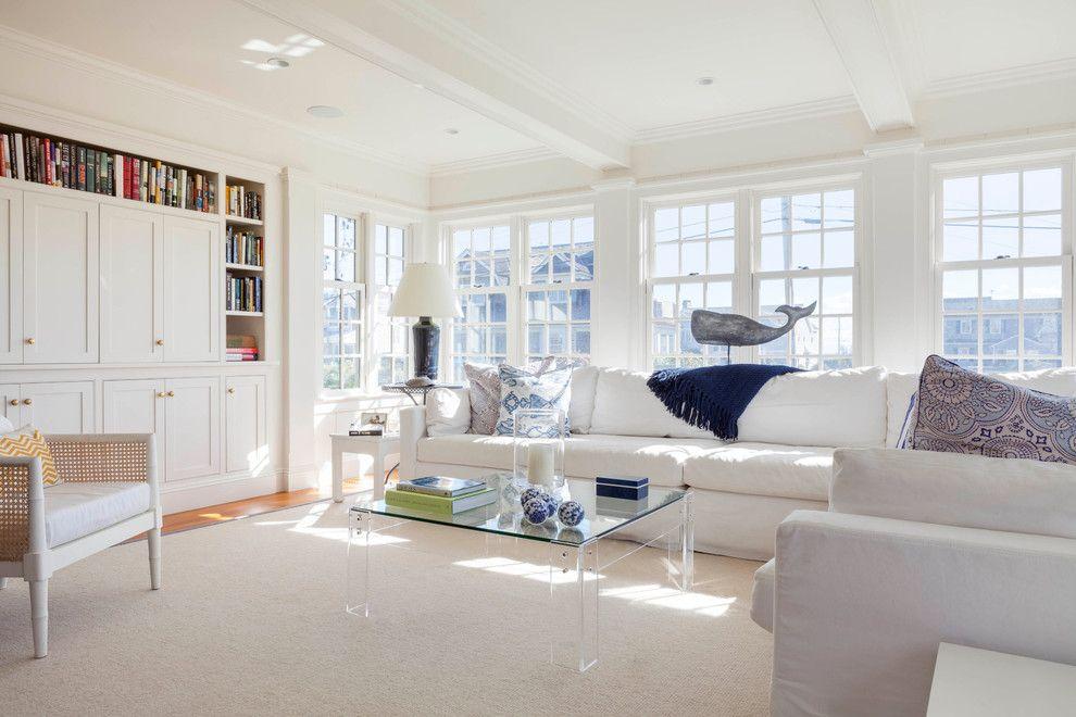 Dans un salon spacieux, en plus des canapés spacieux, une bibliothèque sera également harmonieuse