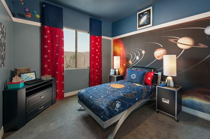 longs rideaux bleus et rouges dans la chambre du garçon