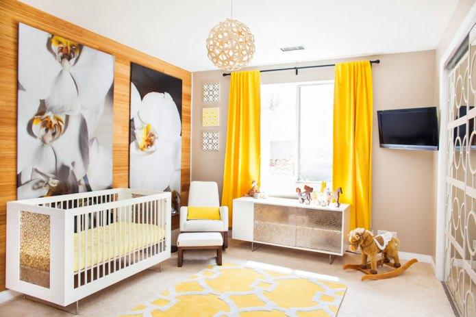 rideaux jaunes dans la crèche pour le nouveau-né