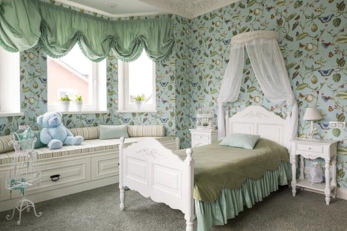 rideaux courts verts dans la chambre des filles