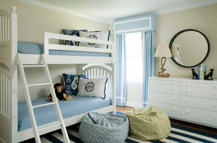 rideaux bleus dans la pépinière