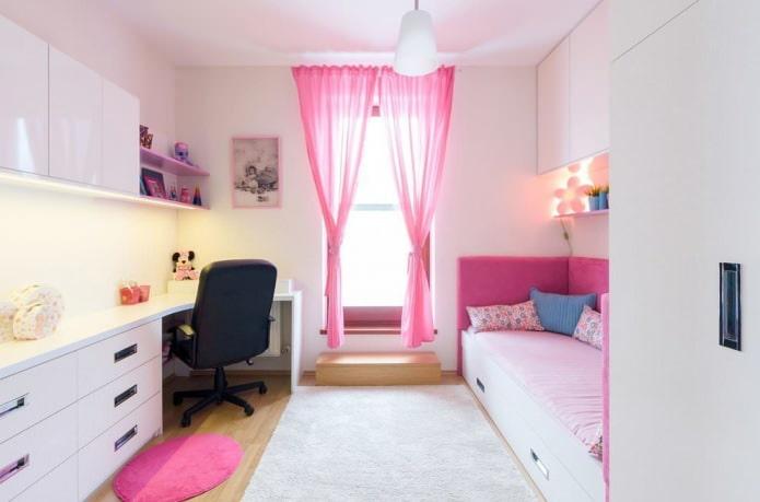rideaux roses dans la chambre des filles