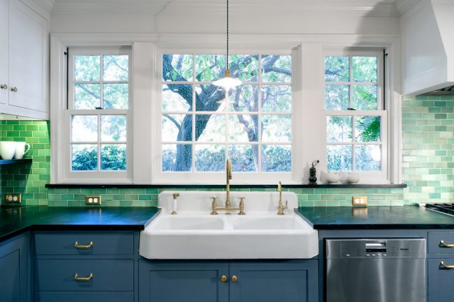 Évier double en céramique pour la vaisselle dans une cuisine contrastée