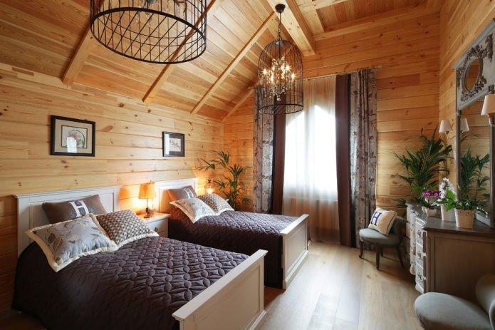 rideaux dans une maison en bois