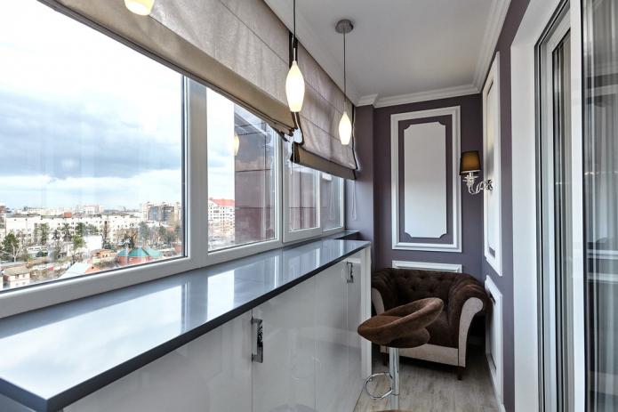 comptoir de bar sur le balcon depuis le rebord de la fenêtre