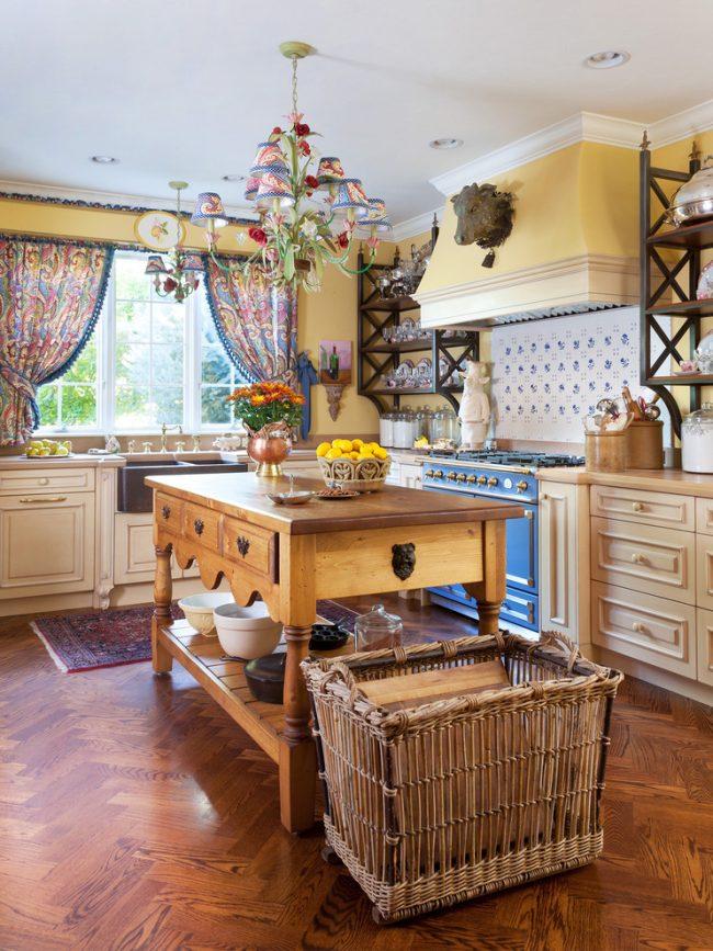 Rideaux colorés sur les fenêtres à l'intérieur de la cuisine de style provençal