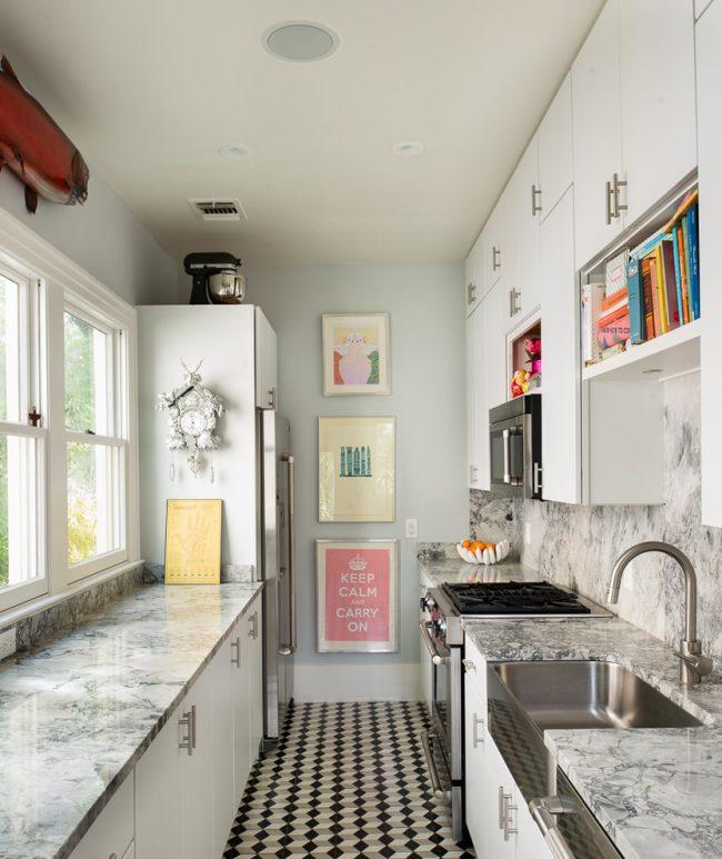 Horloge coucou blanche à l'intérieur de la cuisine