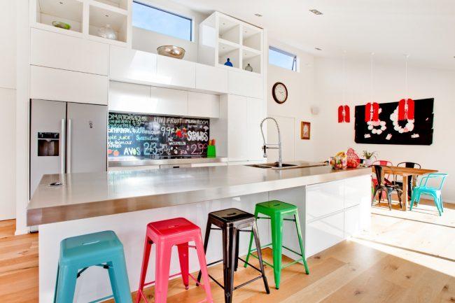 Les tabourets multicolores rendront votre intérieur plus amusant