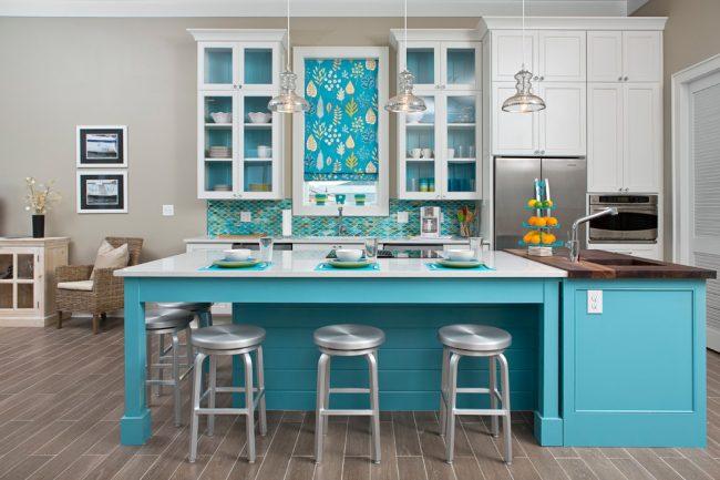 Corbeille à fruits en métal au coloris des armoires de cuisine