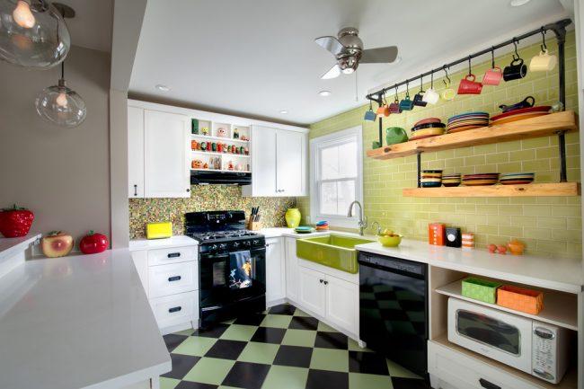 Les plats colorés seront un superbe décor pour votre cuisine