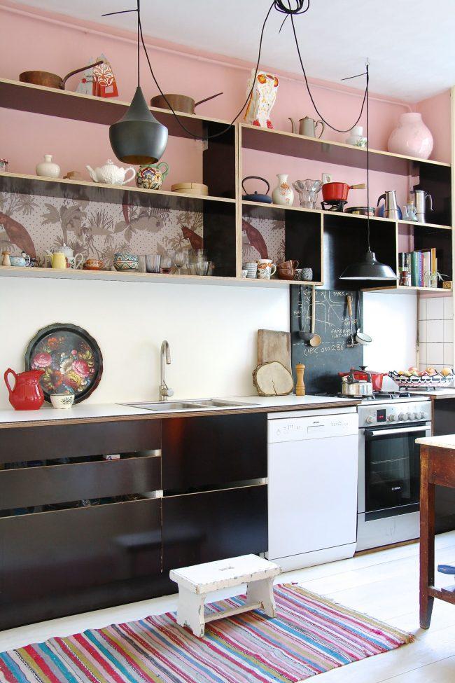 Les accessoires de cuisine multicolores aideront à diluer votre intérieur