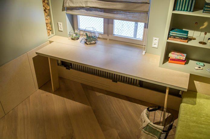 table pliante sur le rebord de la fenêtre