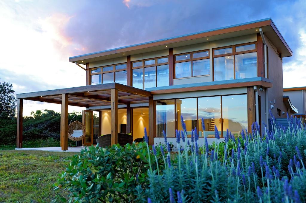 Dans l'espace formé par l'arc de la baie vitrée, vous pourrez aménager un home studio, une petite salle de sport ou une salle de bain.