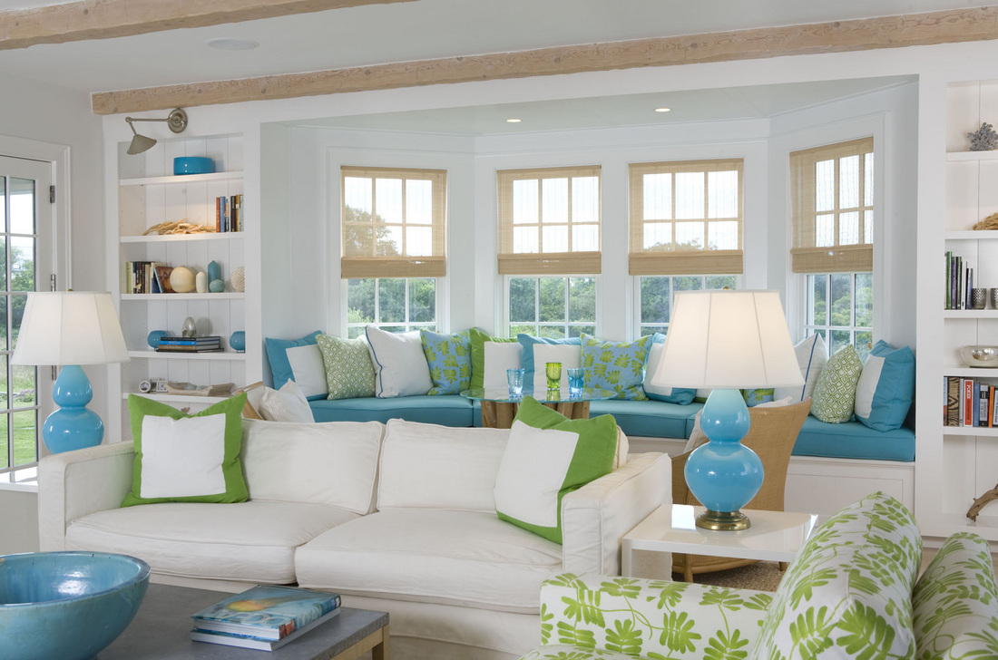 Baie vitrée ronde dans une chambre spacieuse