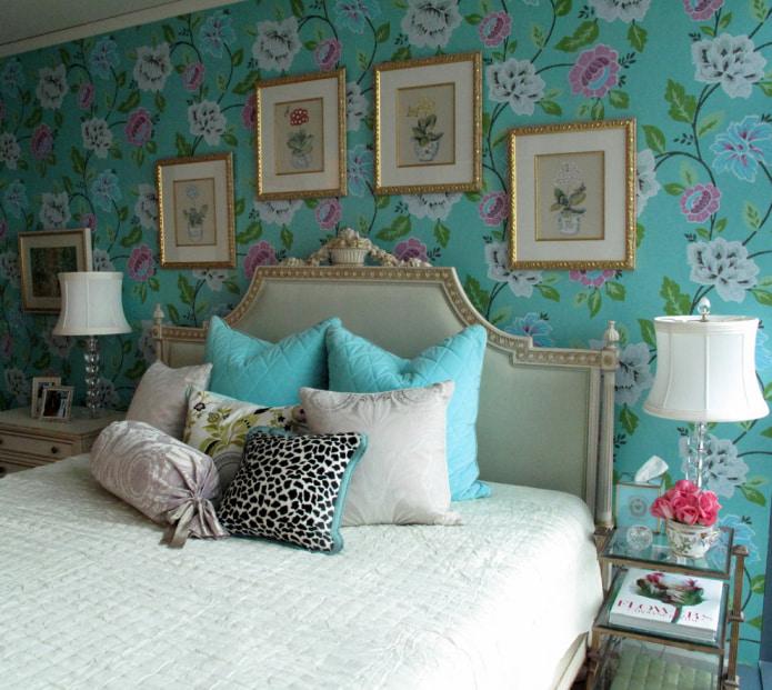 papier peint avec des fleurs en tête de lit