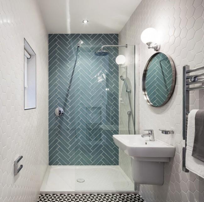 Salle de douche avec cloison vitrée fixe