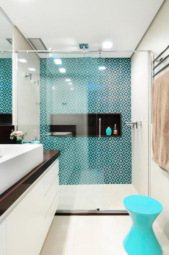 Salle de bain moderne avec des motifs de carreaux turquoise vif