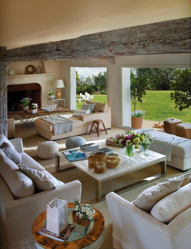 Terrasse d'été ouverte avec cheminée et canapés pour la détente