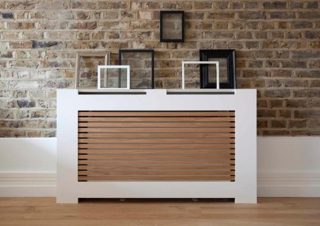 Belle boîte de radiateur sur un fond de mur de briques
