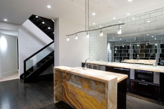 Un mur en miroir à l'intérieur est à la fois une solution de conception originale et un moyen d'augmenter l'espace dans un appartement.