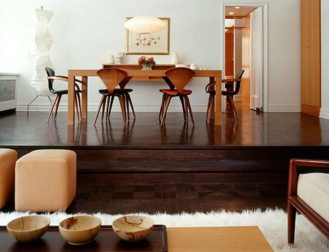 Parquet brun foncé saturé combiné avec des meubles rouges et blancs