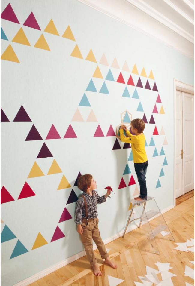 Les petits propriétaires peuvent également participer à la décoration du mur de votre propre chambre.